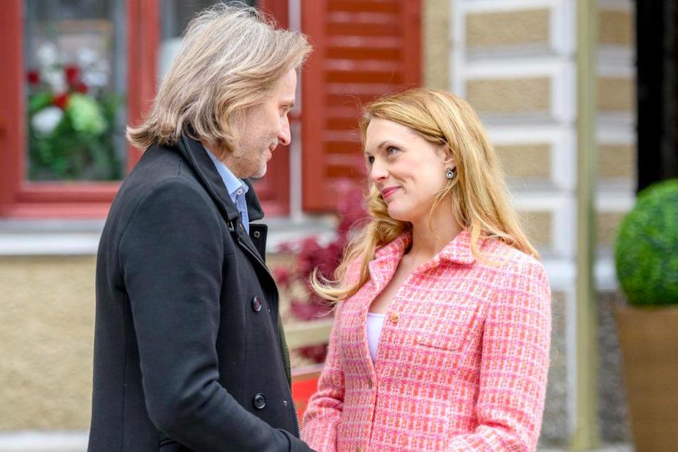 Rosalie (Natalie Alison) will für Michael (Erich Altenkopf) auf ihr Amt als Landrätin verzichten.
