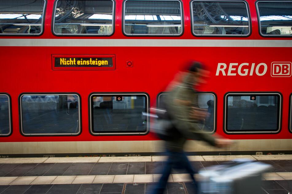 Enormer Schaden bei Tempo 110! Fußgänger werfen Gegenstand auf Regionalbahn