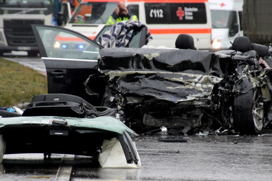 Auto kracht in Laster: Drei Tote, zwei Menschen schwer verletzt