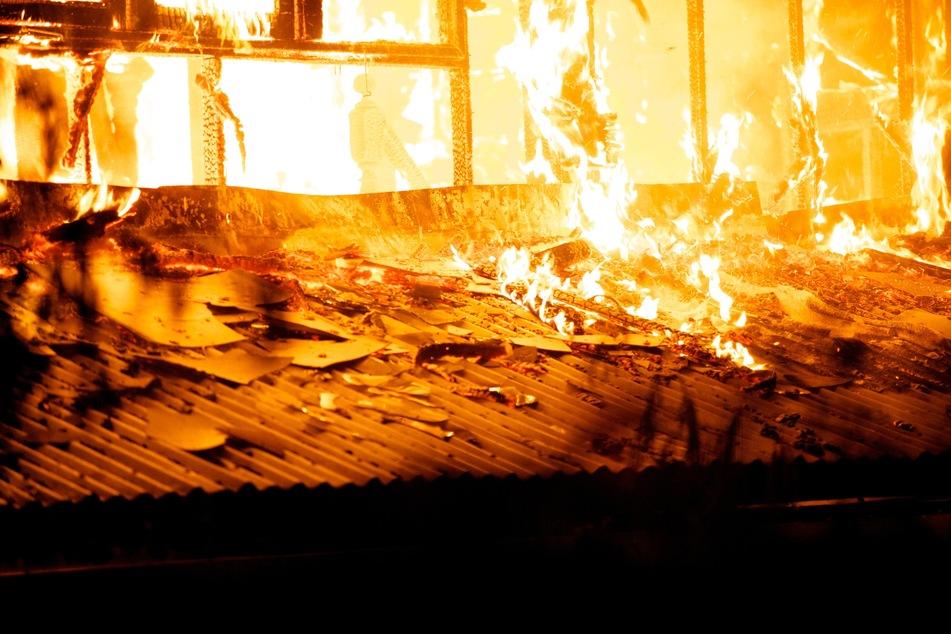 Feuer bei Einfamilienhaus: Feuerwehr entdeckt verbrannte Leiche