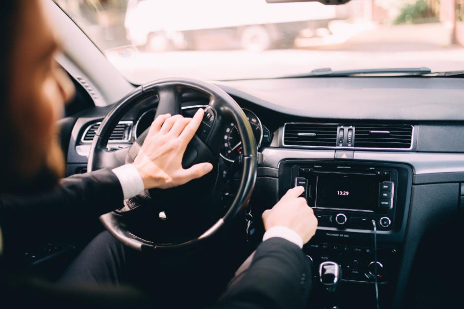 Flirt geht in die Hose: Versuch, Frau zu bezirzen, endet für Autofahrer mit Unfall