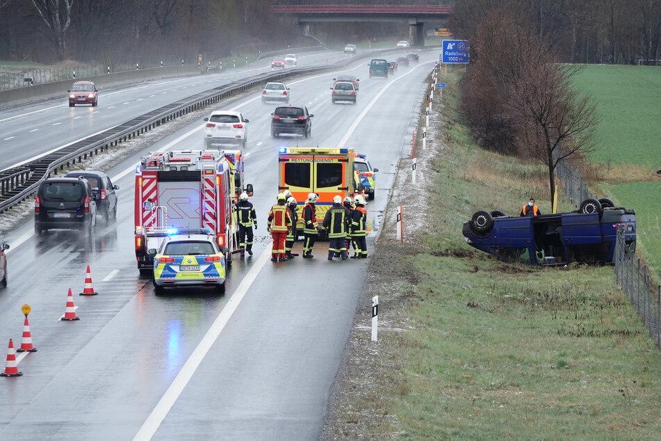 Unfall A13: Kleinbus schleudert von A13, überschlägt sich: Dann geschieht ein kleines Oster-Wunder!