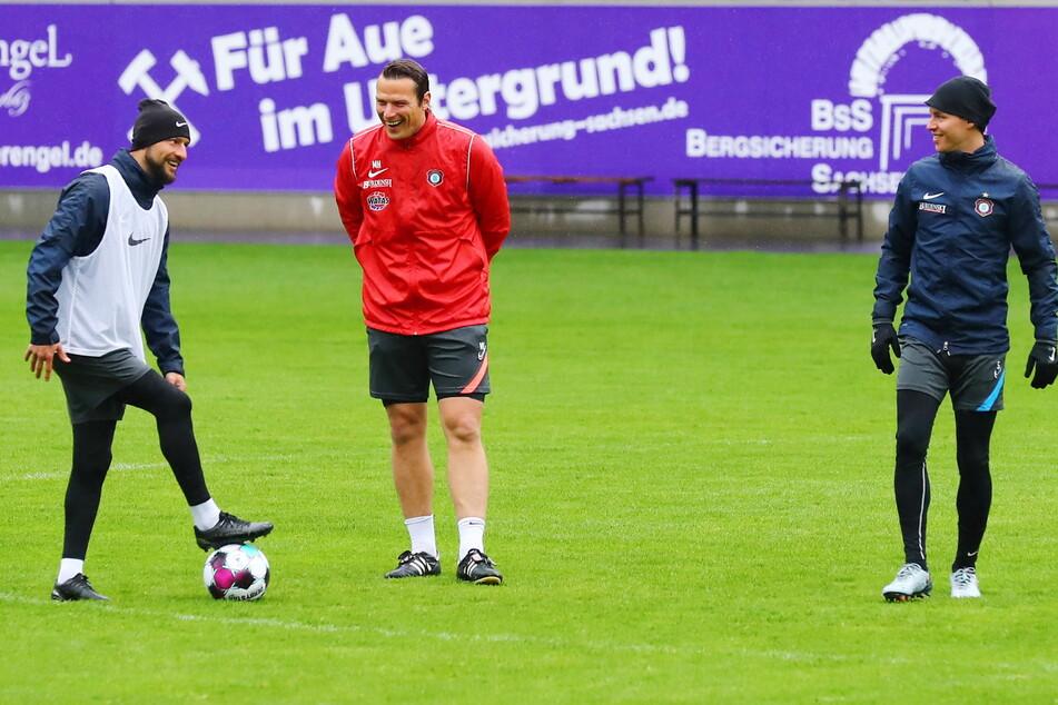 Es wird wieder gelacht beim Training: Vize-Kapitän Philipp Riese (31,l.) mit Marc Hensel (35).