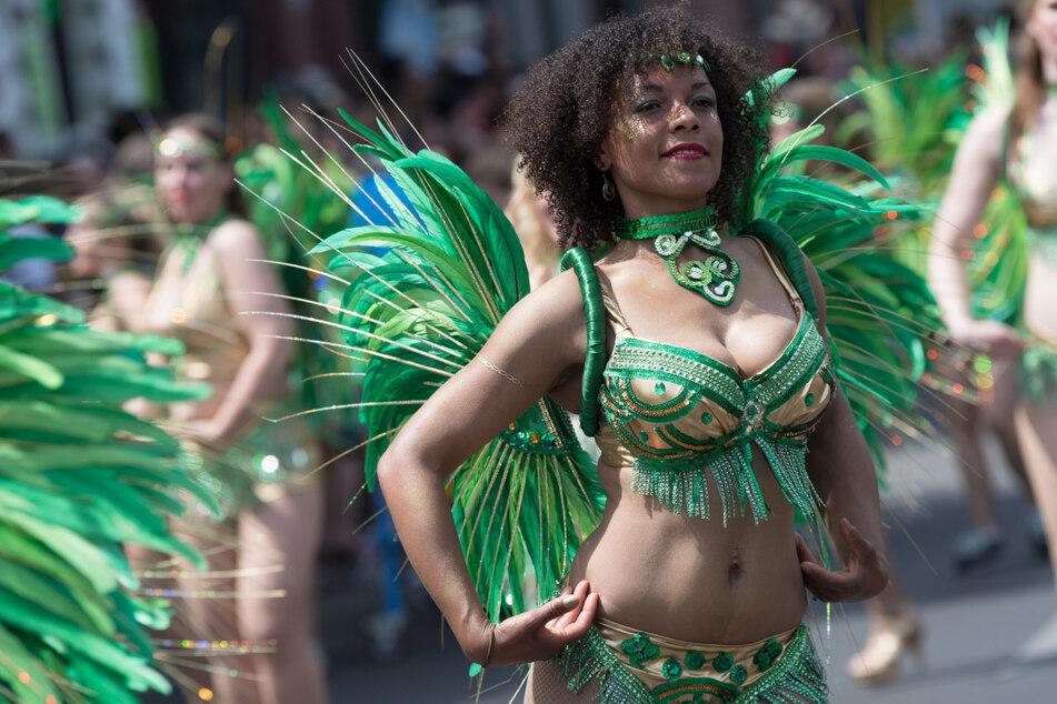 Tänzerinnen ziehen durch die Straße Kreuzbergs. Durch die Corona-Pandemie konnte der Karneval der Kulturen zuletzt 2019 stattfinden.