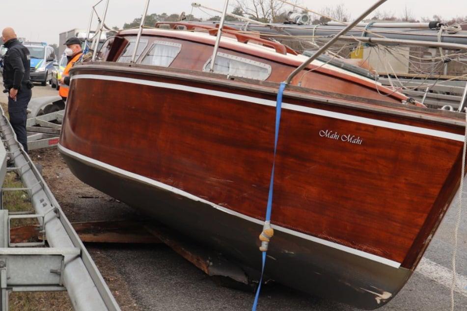 Holzboot auf Abwegen: Wie kam diese Segelyacht auf den Standstreifen der B45?