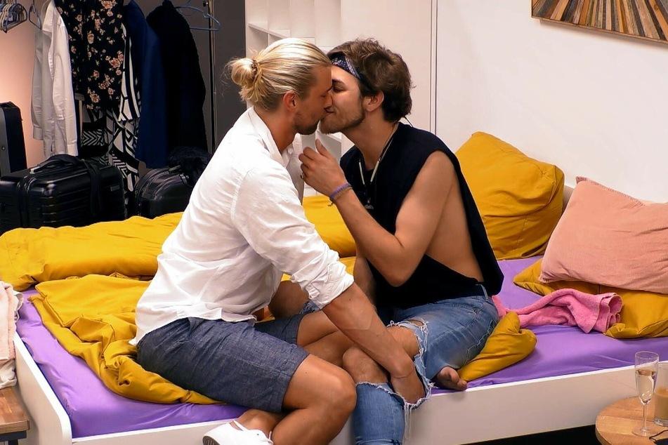 Zwischen Bettwäsche und Reisekoffern bekommt Jan (26, r.) von Kim (31) den nächsten Kuss.