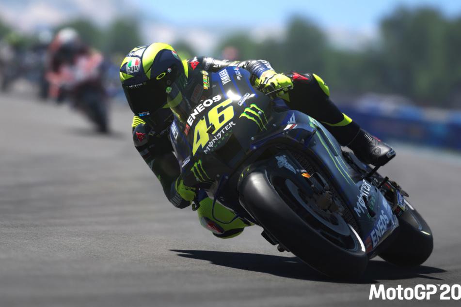 Der neunfache Weltmeister Valentino Rossi lehnt sich mit seiner MotoGP-Maschine in die Kurve.