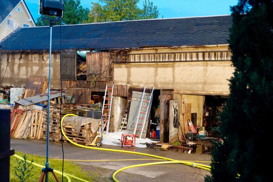 Feuerwehreinsatz in Frankenberg: Dieser Schuppen war am Dienstagabend in Brand geraten. Die Feuerwehr konnte Schlimmeres verhindern.