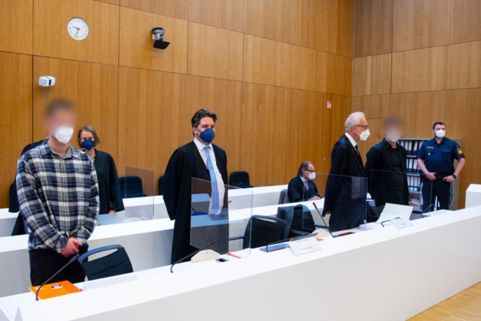 Die zwei wegen Mordes angeklagten Männer (l. und 2.v.r.) stehen vor Beginn der Verhandlung mit ihren Anwälten Sarah Stolle und Alexander Betz (3.v.l.), Patrick Ottmann (4.v.r.) und Gerhard Bink (3.v.r.) im Sitzungssaal.