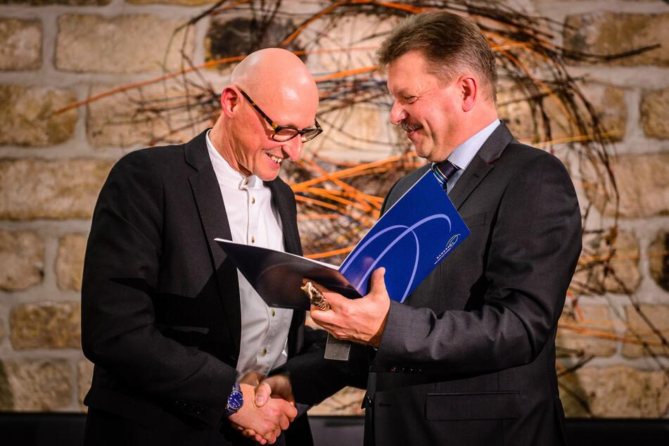 Bert Wendsche (parteilos, r), Oberbürgermeister von Radebeul, überreicht die Auszeichnung des Radebeuler Kunstpreis 2013 an Dr. Jörg Bernig (l).