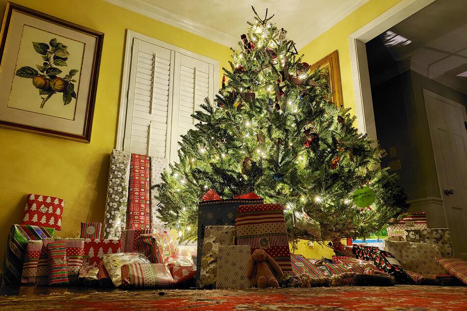 Um den Weihnachtsbaum dürfen sich nur zehn Erwachsene versammeln. Die Anzahl der Kinder scheint egal.