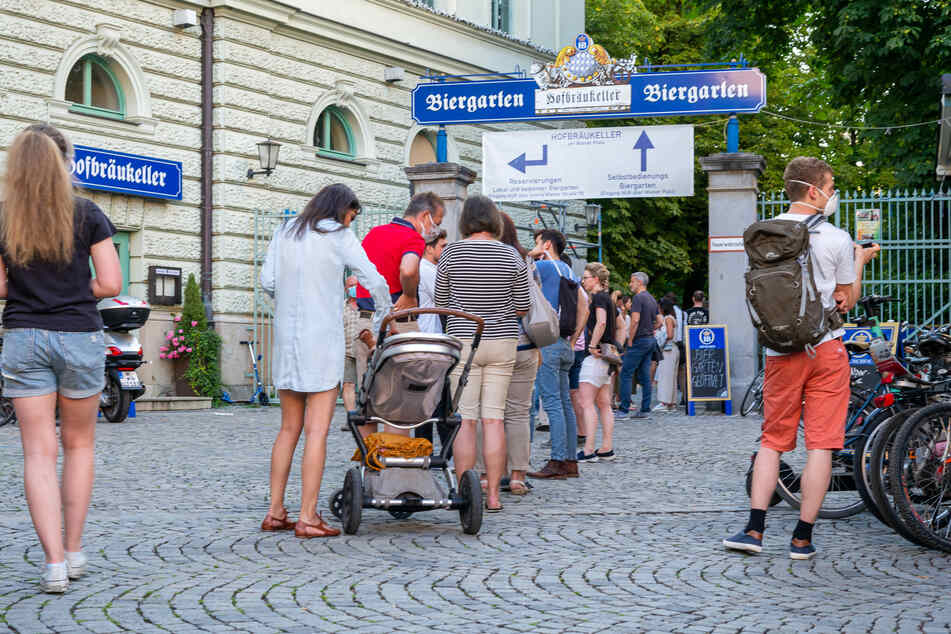 Trotz Corona stehen in München die Biergartenbesucher Schlange. Laut einer aktuellen Umfrage fühlt sich jeder zweite Deutsche durch COVID-19 gefährdet. (Archivbild)