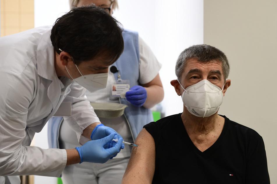 Tschechiens Premierminister Andrej Babis (66) bei seiner zweiten Impfung gegen das Coronavirus am 24. Januar in Prag.