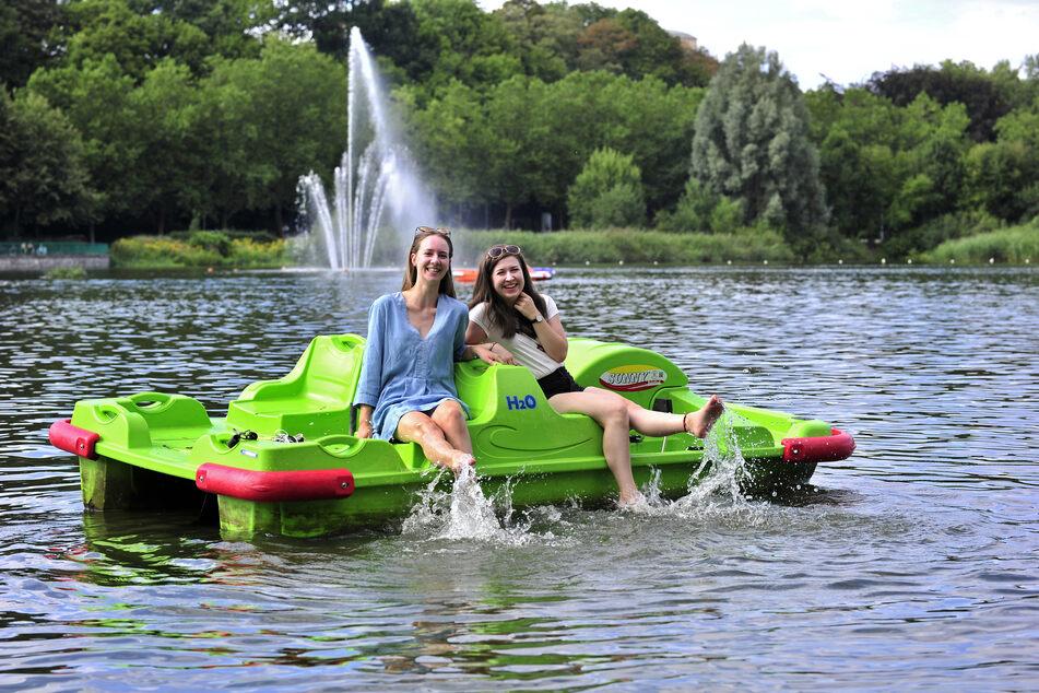 Annika (20) und Jenny (19) treten auf dem Schlossteich lieber Wasser als das Boot.