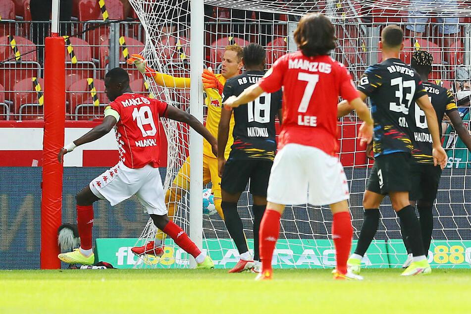 Moussa Niakhaté (l.) schiebt zum 1:0 für Mainz ein und dreht zum Jubeln ab.
