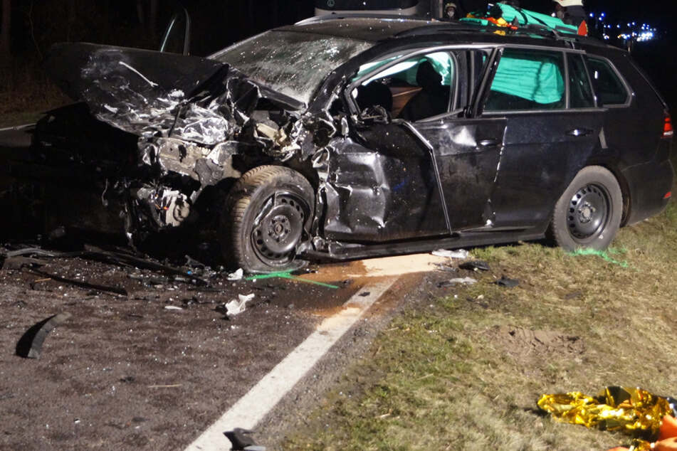 Tödlicher Frontal-Crash: Fahrer werden in ihren Autos eingeklemmt, 57-Jähriger stirbt