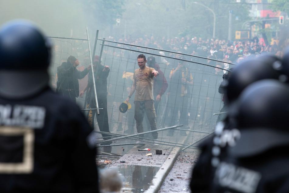 Polizisten und Randalierer standen sich auf der Lennéstraße in Dresden gegenüber. Es kam zur direkten Konfrontation mit Verletzten auf beiden Lagern.