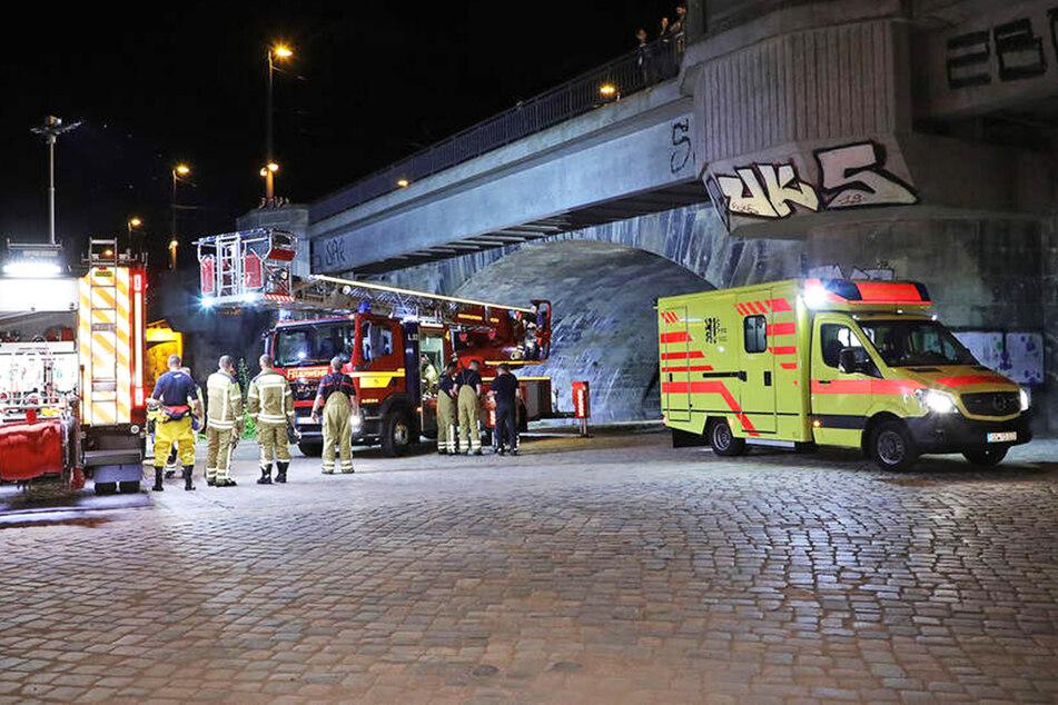 Zahlreiche Rettungskräfte eilten Ende Juli zur Marienbrücke, um dem in die Elbe gefallenen Mann zu helfen.
