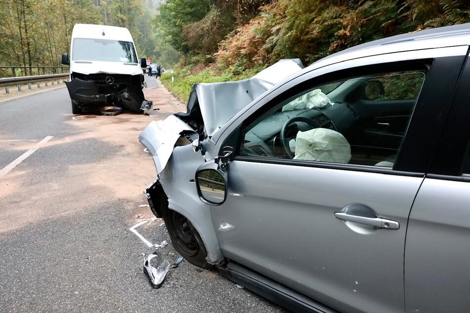 Der Mercedes Sprinter stieß frontal mit einem entgegenkommenden Mitsubishi zusammen.