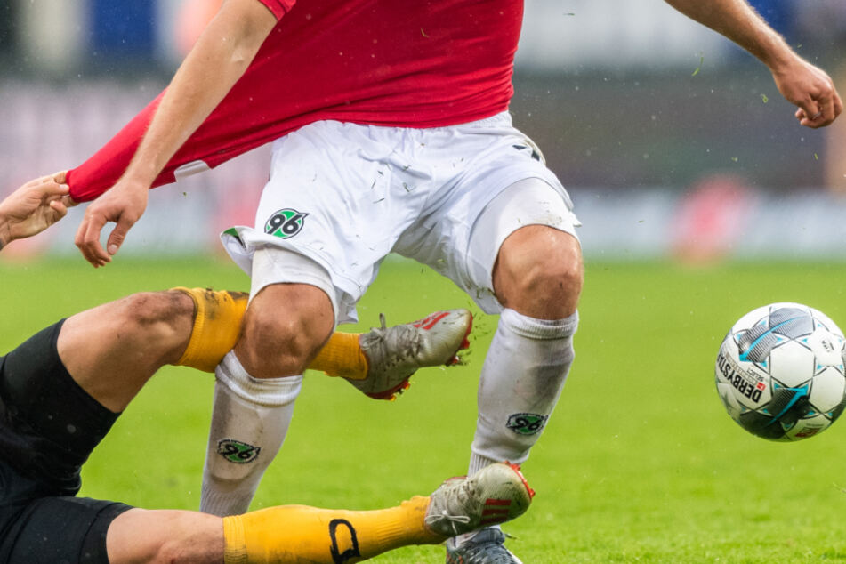 Auch in der 2. Bundesliga wird es vorerst keine rassigen Zweikämpfe wie hier zwischen Dynamo Dresden und Hannover 96 geben.