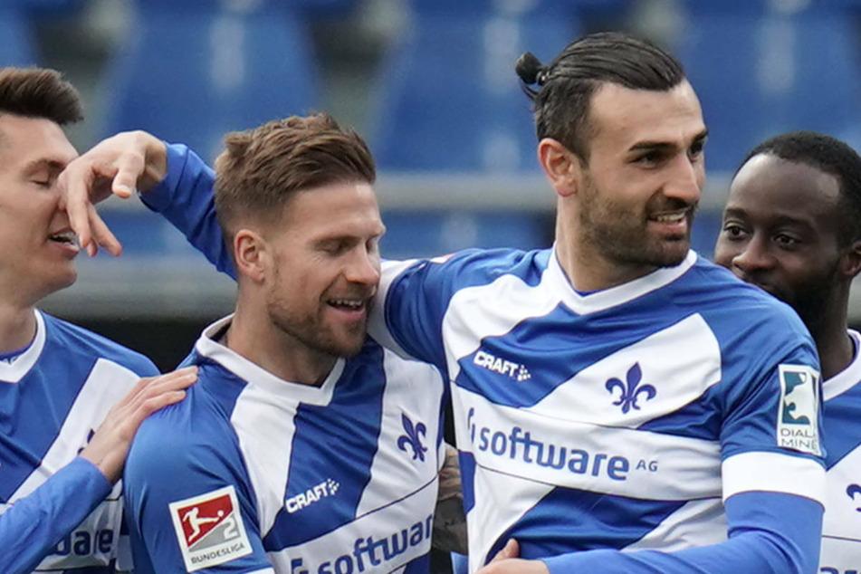 Gleich mit seinem ersten Torschuss traf Serdar Dursun (2.v.r.) zum 2:0 für den SV Darmstadt 98