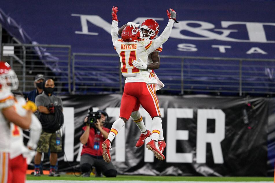 American Football: NFL, Baltimore Ravens - Kansas City Chiefs. Sammy Watkins (l) und Mecole Hardman (r) der Kansas City Chiefs feiern am 28. September 2020 Hardmans Touchdown in der ersten Hälfte.