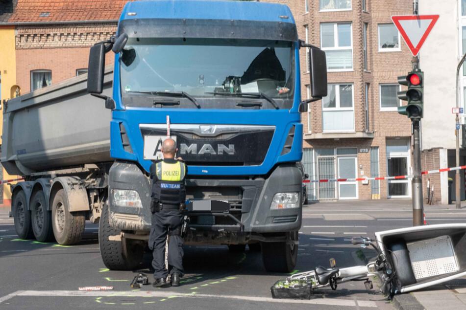 Der Laster hatte die Frau (44) auf dem Rad beim Abbiegen erfasst.