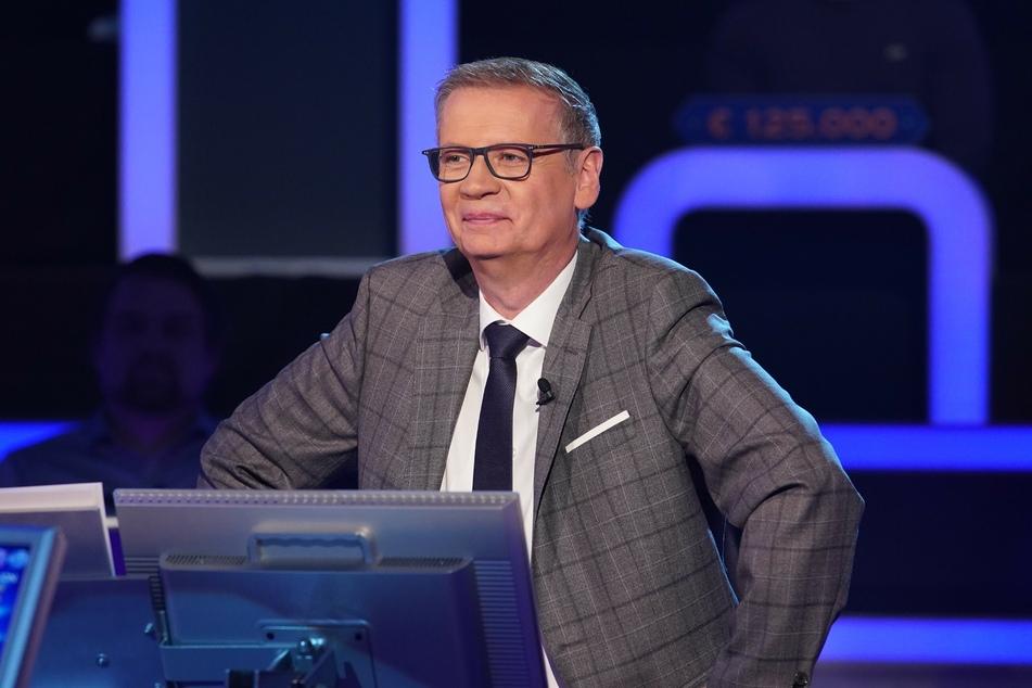 Günther Jauch (65) legt sein Pokerface nur selten ab, doch ein Merkel-Stimmdouble lockt ihn aus der Reserve.