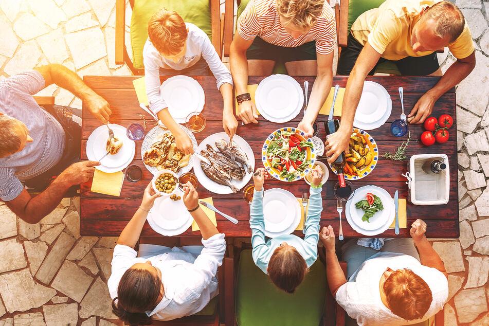 Endlich wieder mit der ganzen Familie an einem Tisch sitzen: Darauf freuen sich die meisten der 1000 Befragten.