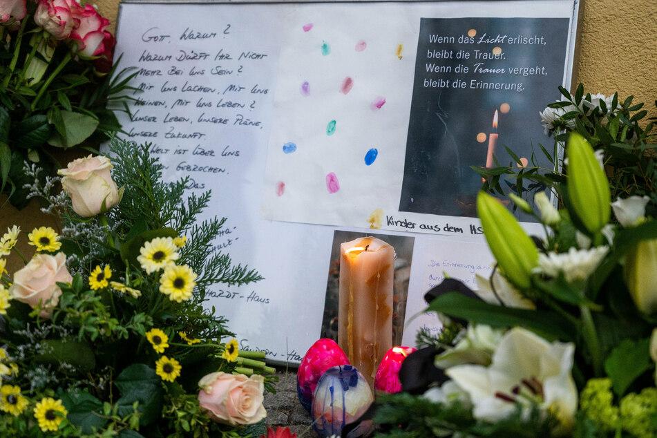 Vor einer Einrichtung des diakonischen Anbieters Oberlinhaus liegen Blumen und Kerzen.