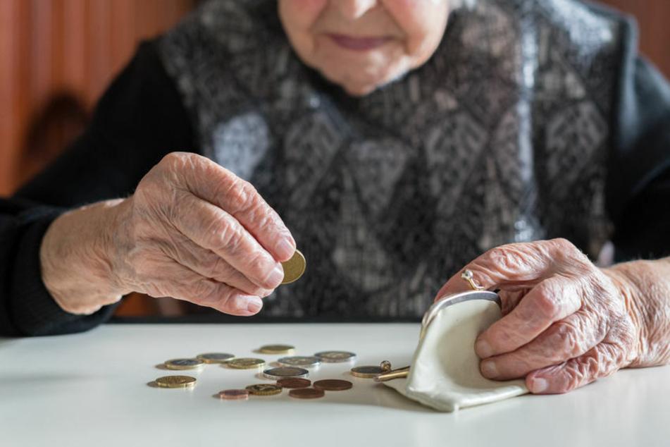 Eine Rentnerin zählt ihr Geld. (Symbolbild)