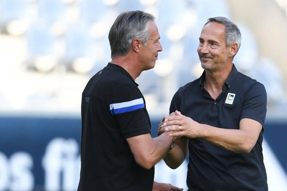 Adi Hütter (r) und Bielefelds Cheftrainer Uwe Neuhaus geben sich nach dem Spiel die Hand.