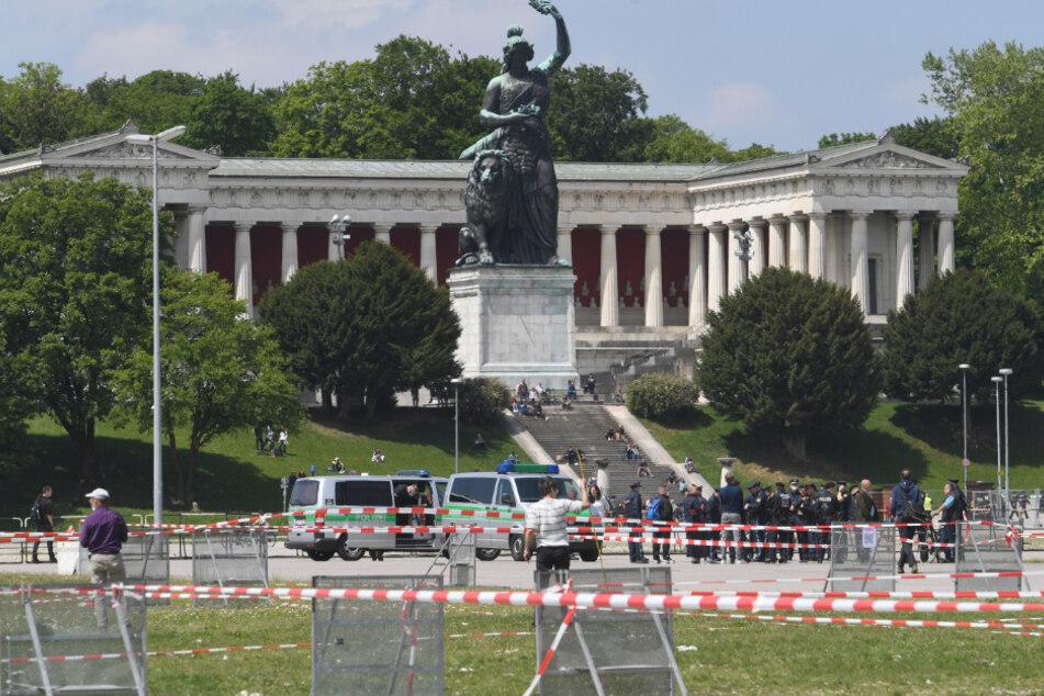 Polizisten bauen vor einer Demonstrationen gegen die Anti-Corona-Maßnahmen der Politik auf der Theresienwiese Sperrgitter auf.