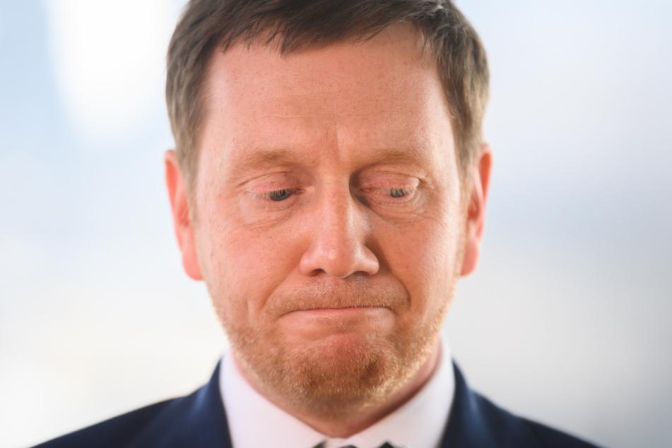 Michael Kretschmer reagiert im Sächsischen Landtag bei einem Pressestatement zur Osterregelung angespannt.