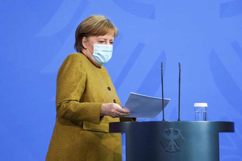 Bundeskanzlerin Angela Merkel kommt zu ihrem Presse-Statement im Bundeskanzleramt.