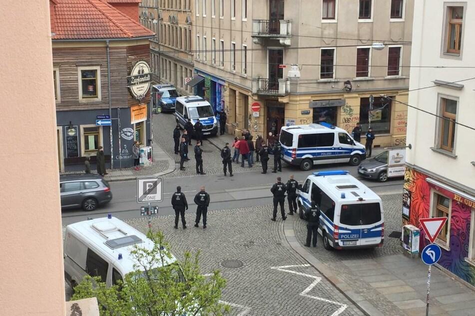 Polizisten sind an der Ecke Görlitzer Straße / Sebnitzer Straße gefordert.