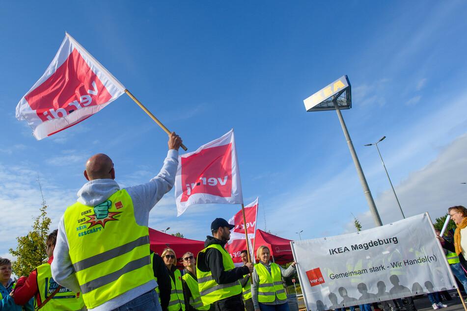 In Magdeburg haben sich am Vormittag einige Mitarbeiter vor der Filiale versammelt.