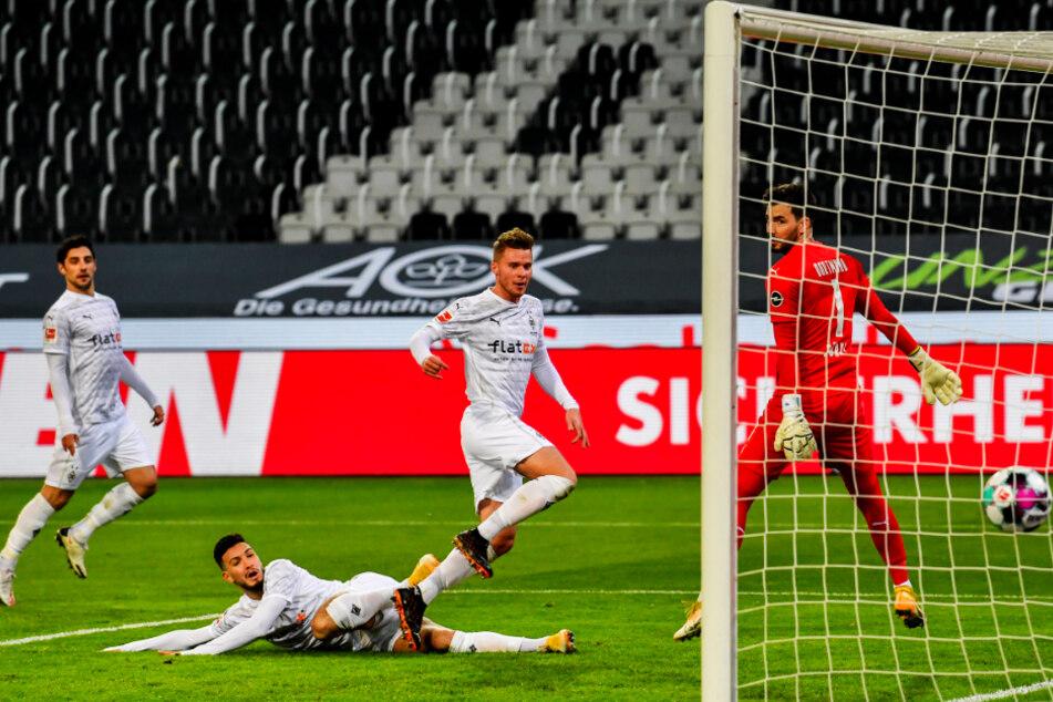 Wo sind denn all die Gegenspieler? Nico Elvedi (2.v.r.) durfte völlig unbedrängt zum 1:0 für Borussia Mönchengladbach einköpfen.