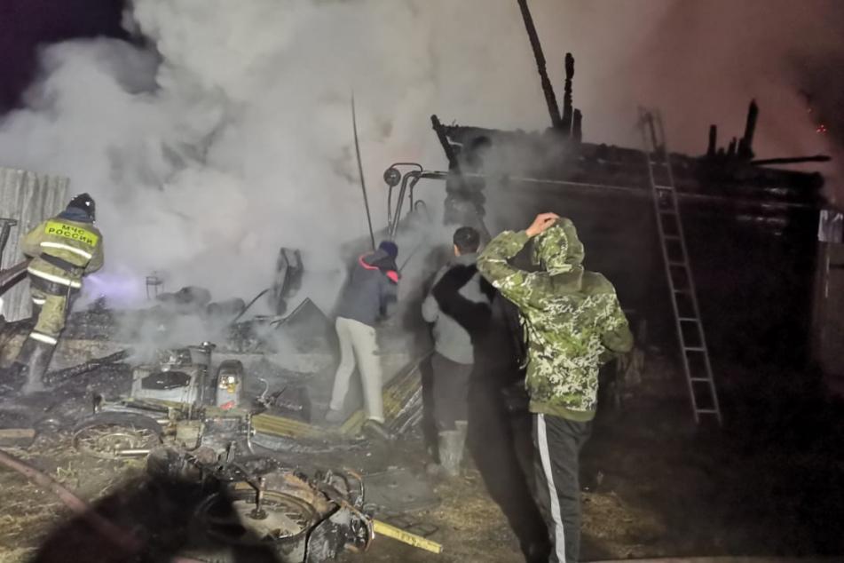 Anwohner und Feuerwehrleute an der Unglücksstelle.