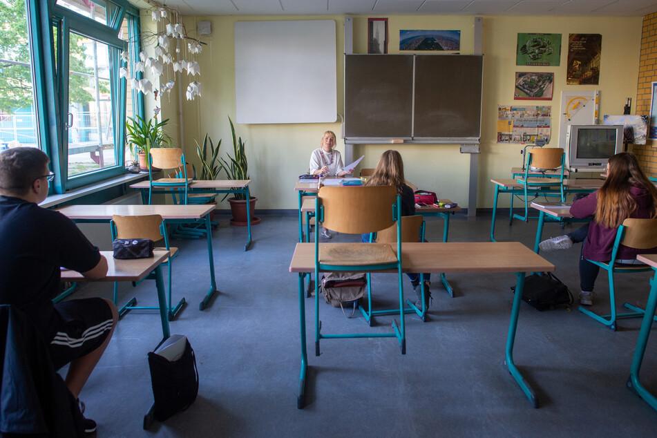 Schüler einer 12. Klasse eines Gymnasiums sitzen während einer Prüfungsvorbereitung für das Deutsch-Abitur im Klassenzimmer der Lehrerin Andrea Schlauger.