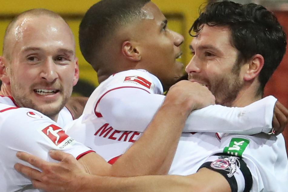Torschütze Jorge Mere (M, verdeckt) aus Köln feiert seinen Treffer zum 0:1 mit Toni Leistner, Ismail Jakobs (l-r) und Jonas Hector.