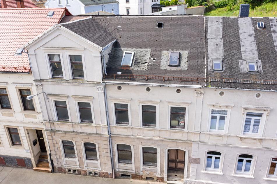 Löchriges Dach, bröckelnder Putz: In diesem immer mehr verfallenden Haus an der Friedrich-Naumann-Straße in Leisnig wurde der Hitler-Attentäter geboren.