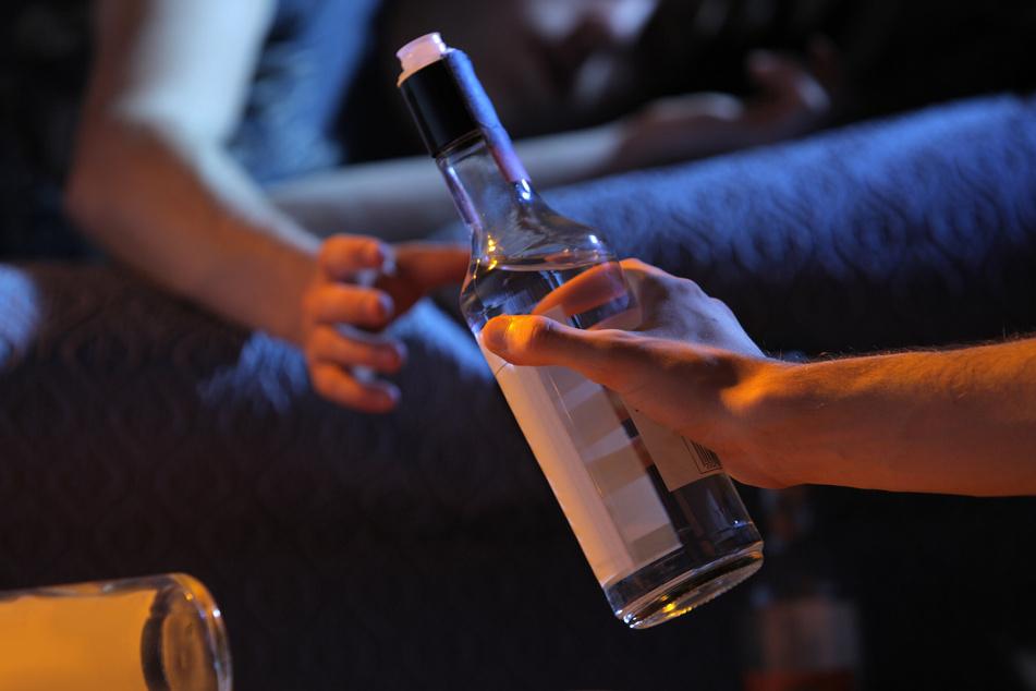 Viele Drogentote sterben nach neuen Erkenntnissen des Statistischen Landesamtes an den Folgen ihres hohen Alkohol-Konsums. (Symbolbild)