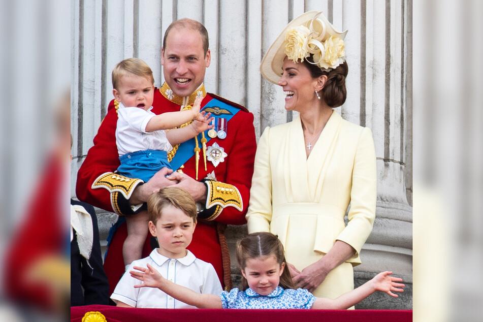 Der britische Prinz William (l.) steht mit Prinz Louis (auf dem Arm), seiner Frau Kate, Herzogin von Cambridge, und den Kindern Prinz George (l.) und Prinzessin Charlotte (r.) auf dem Balkon und schaut bei einer Zeremonie zu. (Archivbild)