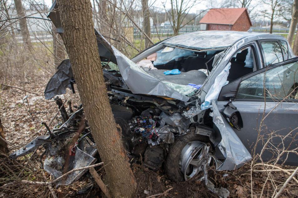 Schwerer Unfall auf A23: Auto schießt durch Leitplanke und kracht gegen Baum