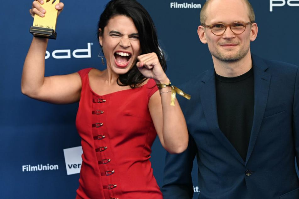 Die Schauspielerin Alina Serban (32, l) hält nach der Verleihung des Deutschen Schauspielpreis ihre Auszeichnung neben dem Schauspieler Bernhard Conrad (39). (Bildmontage)