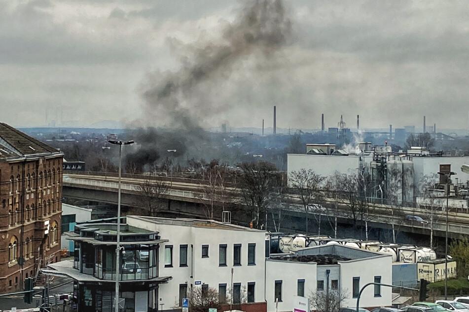 Im Bereich des Essener Ostviertels steigt eine deutlich sichtbare Rauchsäule in die Luft.