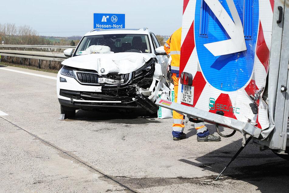 Schlimmer Unfall auf A14: Skoda kracht auf Schilderwagen