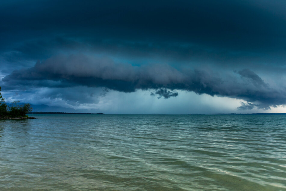 Eine Gewitterfront zieht über den Chiemsee.