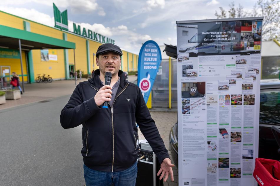 Auf Kunst aufmerksam machen: Daniel Schneider (39) bei der Sammel-Aktion vor dem Marktkauf im Chemnitz Center.